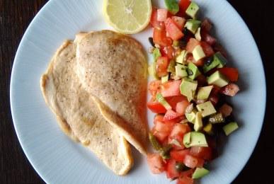 Pechugas de pollo a la plancha con ensalada de tomate, aguacate, pepinillo y pipas
