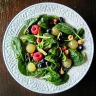 Ensalada de canónigos, fruta y avellanas
