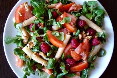 Ensalada de canónigos, tomate, espárragos, frambuesas y nueces