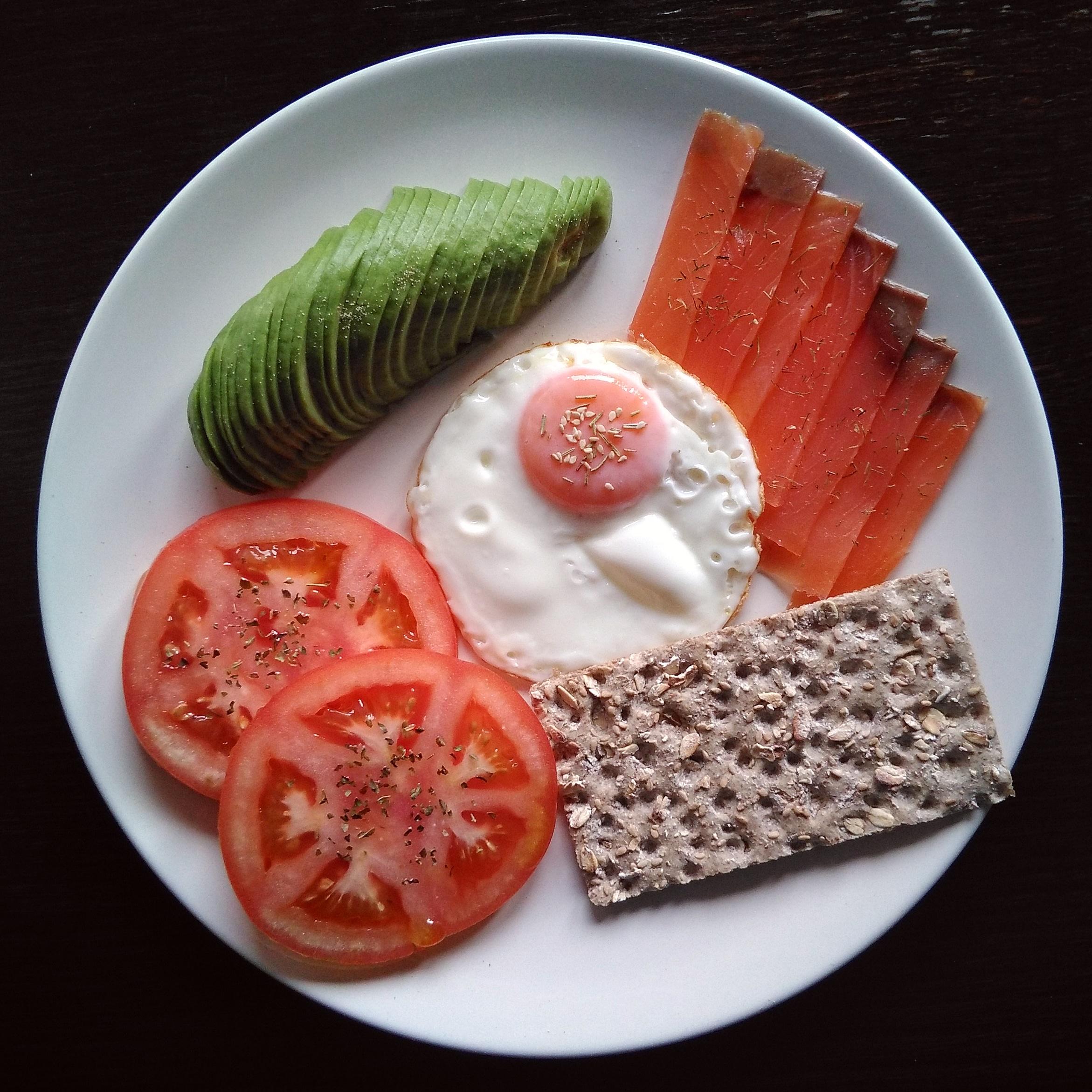 Huevo a la plancha, aguacate, salmón ahumado, tomate aliñado y pan wasa