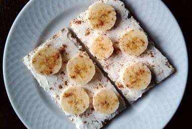 Pan wasa con queso mascarpone, rodadas de plátano y canela