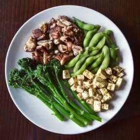 Bimi, setas shiitake, edadame y tofu al curry