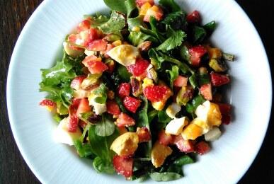 Ensalada brotes variados, fresas, huevo cocido y pistachos