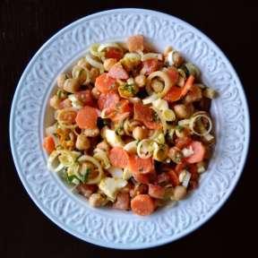 Ensalada de garbanzos, zanahoria y puerro