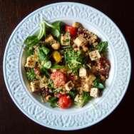 Ensalada de quinoa y tofu