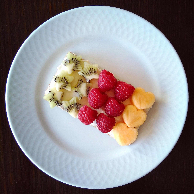 Pan wasa con queso mascarpone y fruta variada