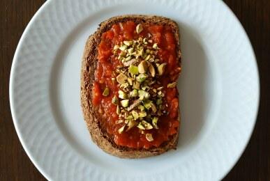 Tostada integral con tomate y pistachos