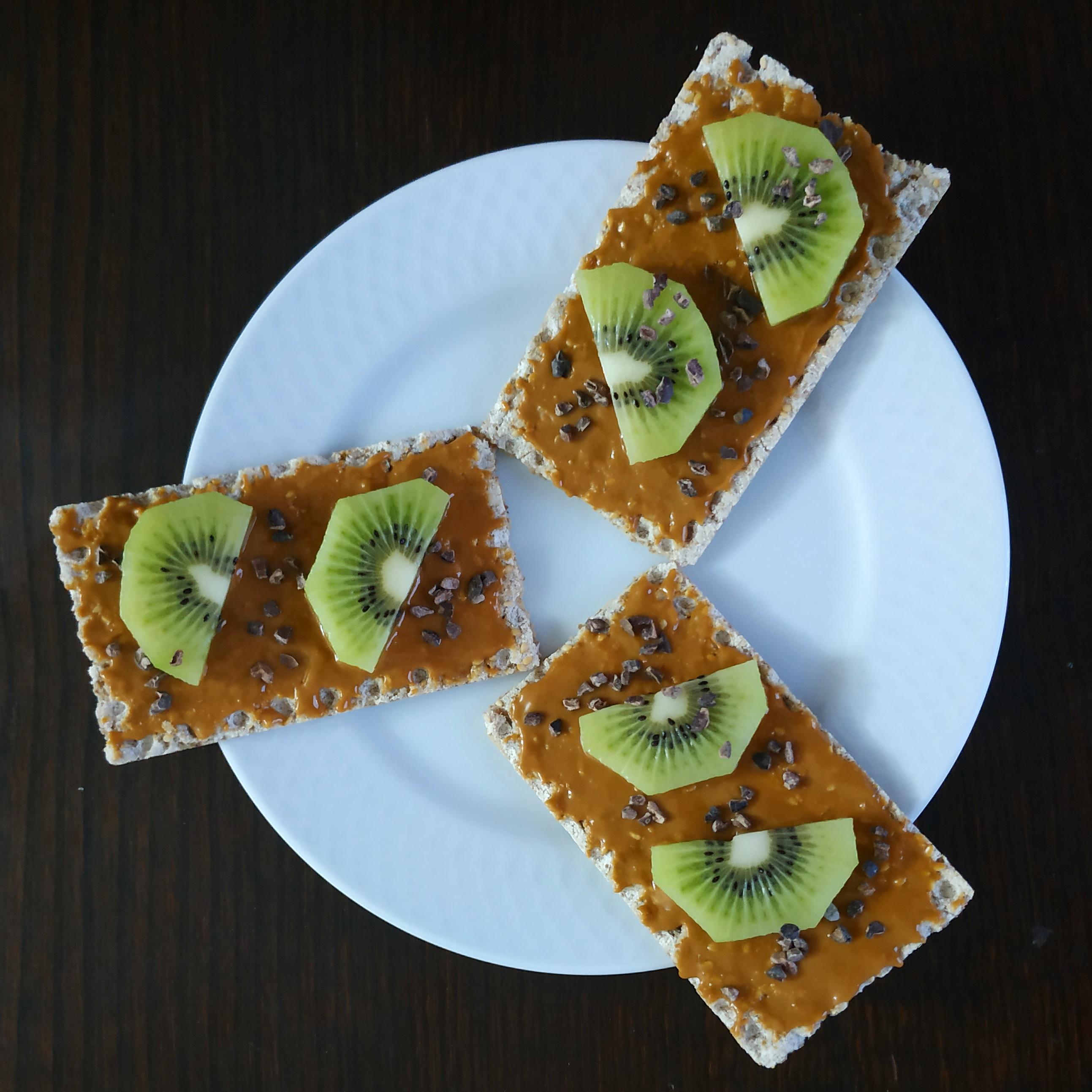 Tostadas integrales con crema de cacahuete y kiwi