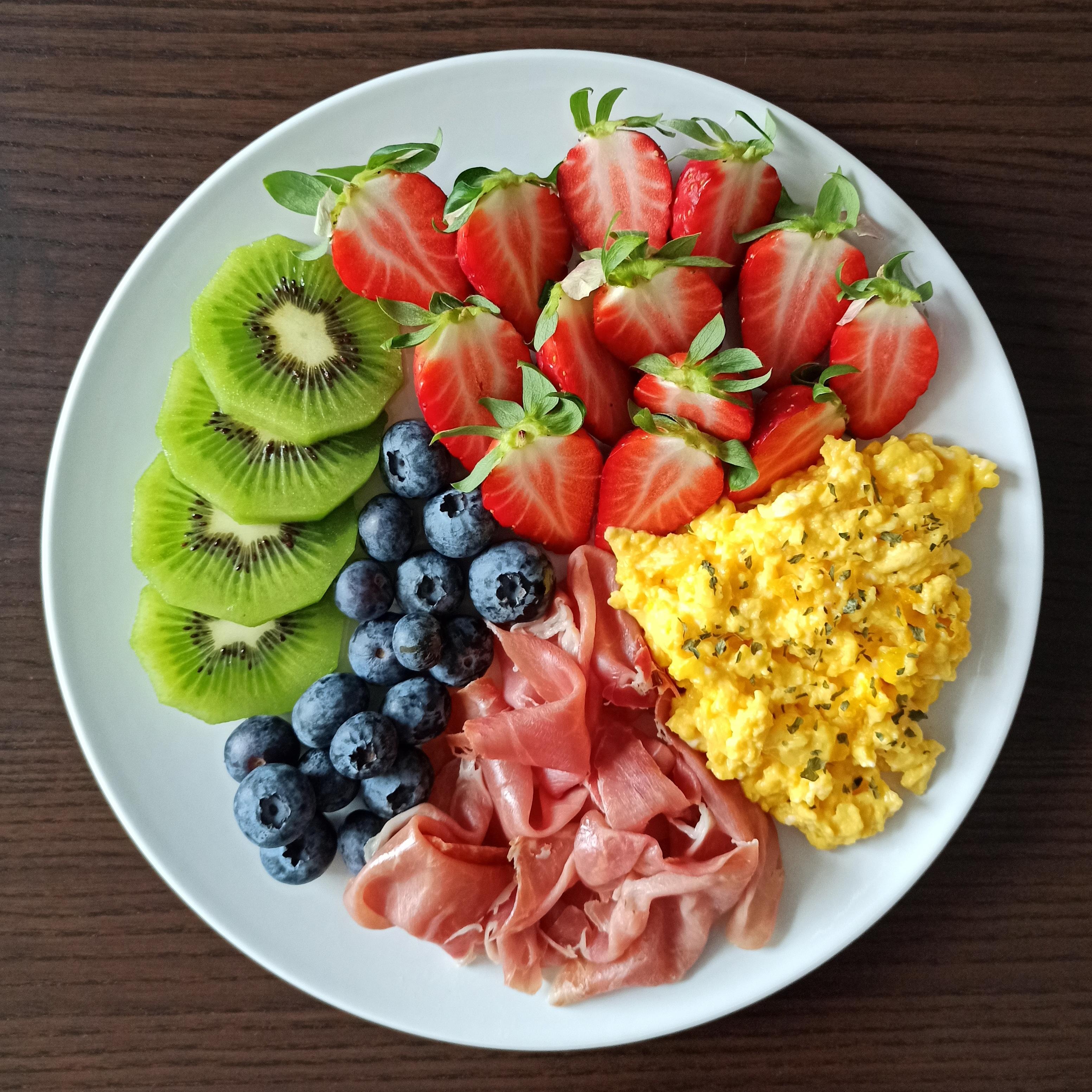 Huevos revueltos, jamón serrano y fruta
