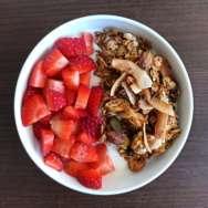 Bol de yogur natural con fresas y granola