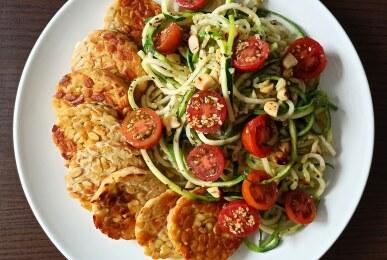 Espaguetis de calabacín con tomatitos cherry y tempeh