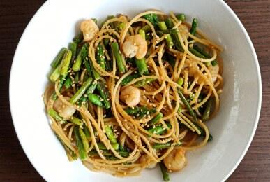 Espaguetis integrales con ajetes, trigueros y gambas