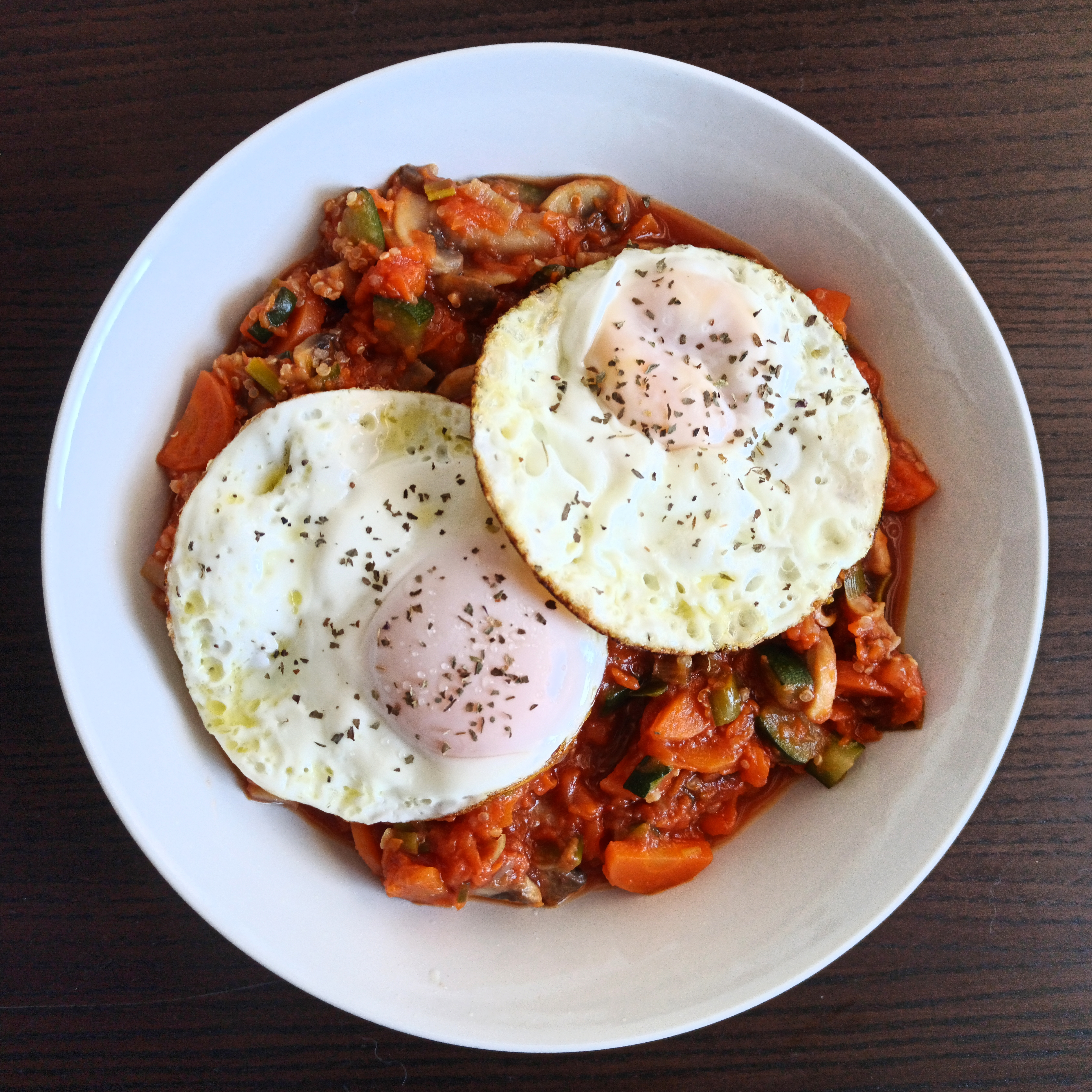 Huevos a la plancha con pisto