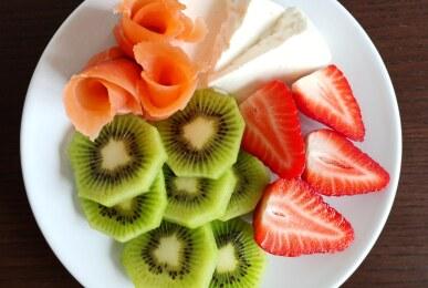 Rollitos de salmón ahumado, queso fresco y fruta