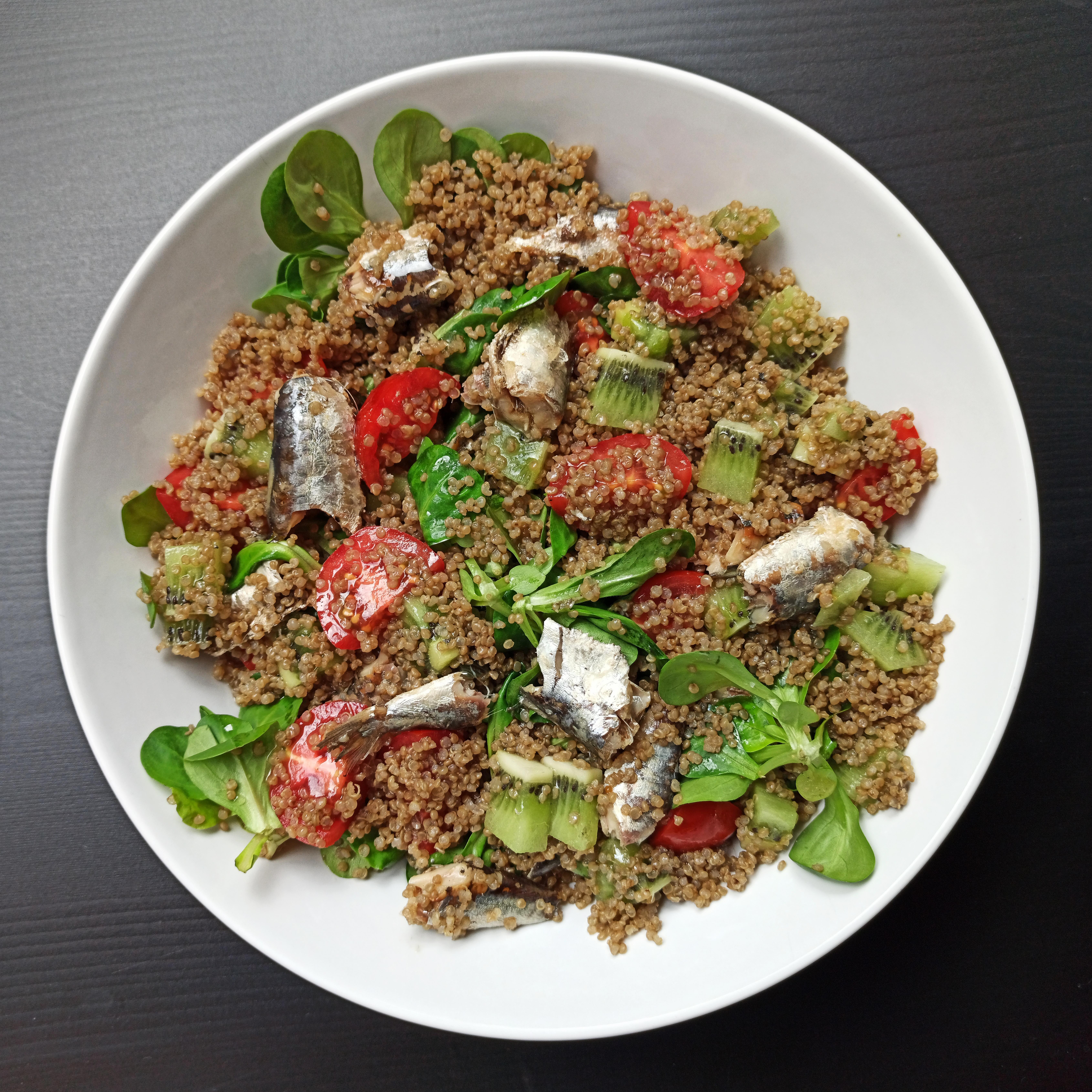 Ensalada de quinoa, kiwi y sardinillas