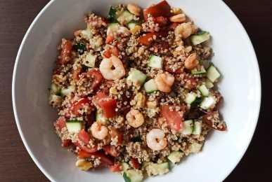 Ensalada templada de quinoa, gambas, pepino, tomate y nueces